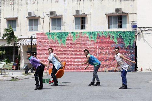 """Ba chàng trai """"gây sốt"""" với điệu nhảy hiphop độc đáo - 10"""