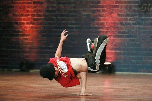 """Ba chàng trai """"gây sốt"""" với điệu nhảy hiphop độc đáo - 4"""