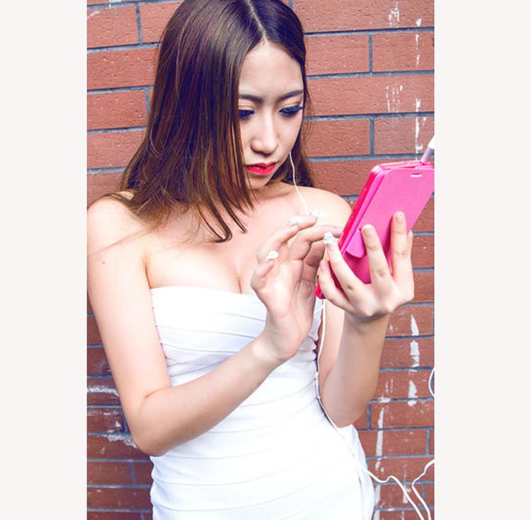 """Chân dài  """" tự sướng """"  khoe vòng 1 căng tròn bên smartphone  Những bóng hồng xinh đẹp của Sony tại IFA 2014  Vì sao hơn 100 mỹ nhân thế giới bị lộ ảnh nóng?  Người đẹp khoe đường cong gợi cảm bên smartphone  Những chân dài  """" rực lửa """"  bên smartphone, tablet"""
