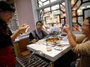 Phi thường - kỳ quặc - Nhà hàng gọi món ăn bằng... tay