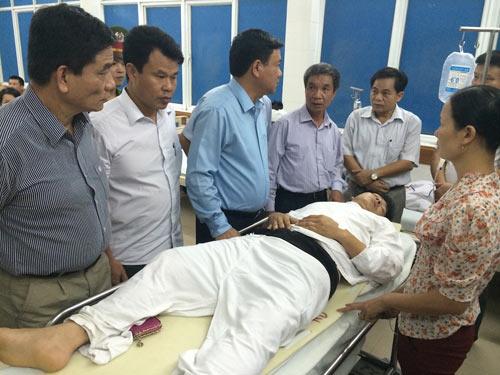 Bộ trưởng Đinh La Thăng đến thăm lái tàu gặp nạn - 1