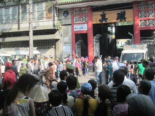 Dòng người tiễn đưa 7 nạn nhân chết cháy ở Sài Gòn - 1