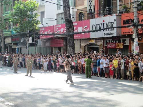Dòng người tiễn đưa 7 nạn nhân chết cháy ở Sài Gòn - 2