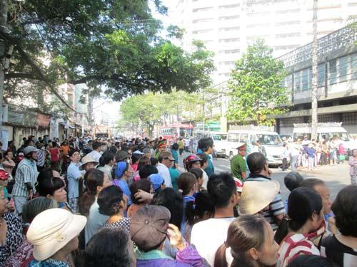 Dòng người tiễn đưa 7 nạn nhân chết cháy ở Sài Gòn - 3