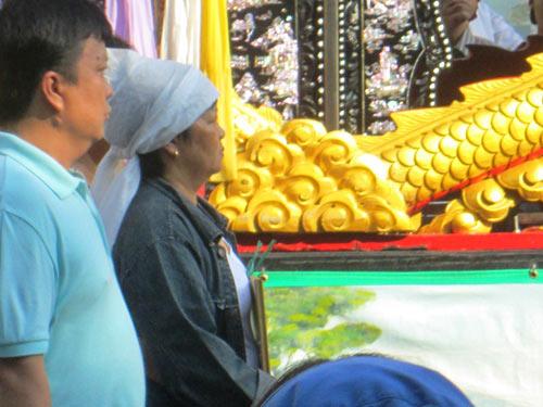 Dòng người tiễn đưa 7 nạn nhân chết cháy ở Sài Gòn - 4