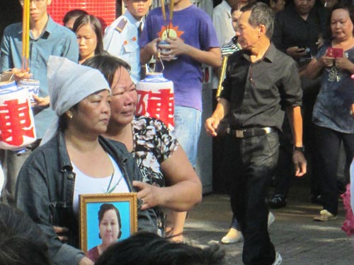 Dòng người tiễn đưa 7 nạn nhân chết cháy ở Sài Gòn - 6