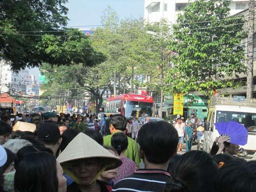 Dòng người tiễn đưa 7 nạn nhân chết cháy ở Sài Gòn - 7