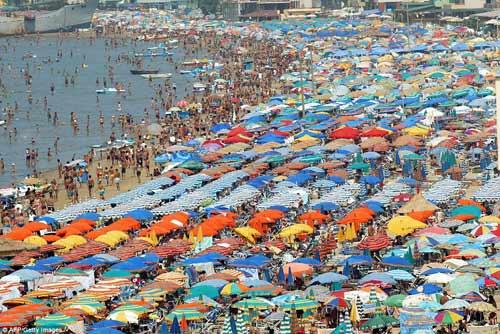 """""""Choáng"""" với những bãi biển đông nghịt người - 1"""
