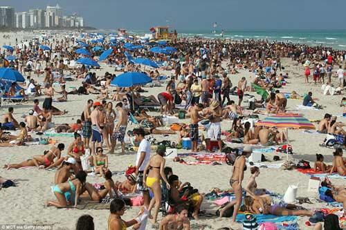 """""""Choáng"""" với những bãi biển đông nghịt người - 2"""