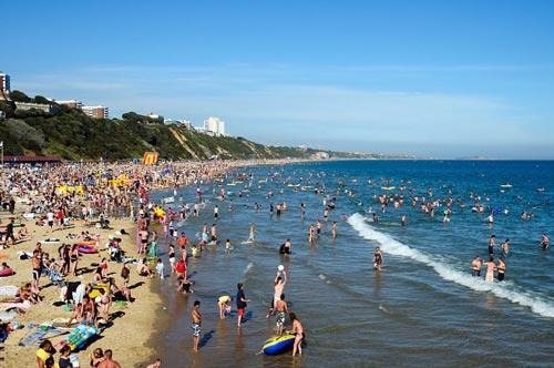 """""""Choáng"""" với những bãi biển đông nghịt người - 7"""