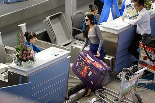 Trúc Diễm quyến luyến bạn trai tại sân bay - 9