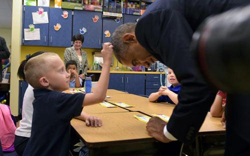 Ảnh ấn tượng: Cậu bé sờ tóc Tổng thống Mỹ Barack Obama - 10