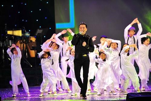 Con trai lên sân khấu chúc mừng Quách Ngọc Ngoan - 10