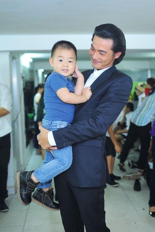 Con trai lên sân khấu chúc mừng Quách Ngọc Ngoan - 3