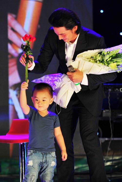 Con trai lên sân khấu chúc mừng Quách Ngọc Ngoan - 1