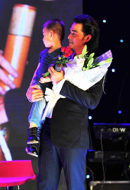 Con trai lên sân khấu chúc mừng Quách Ngọc Ngoan - 2