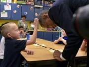 Tin tức trong ngày - Ảnh ấn tượng: Cậu bé sờ tóc Tổng thống Mỹ Barack Obama
