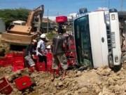 Tin tức trong ngày - Dân giúp tài xế gom tài sản khi xe chở bia bị lật