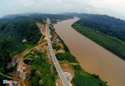 Cảnh quan kỳ vĩ dọc tuyến cao tốc dài nhất Việt Nam - 9