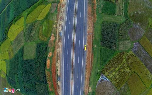 Cảnh quan kỳ vĩ dọc tuyến cao tốc dài nhất Việt Nam - 10
