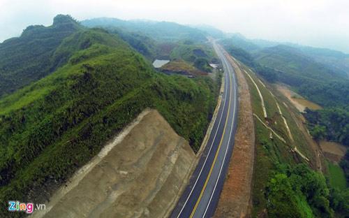 Cảnh quan kỳ vĩ dọc tuyến cao tốc dài nhất Việt Nam - 4