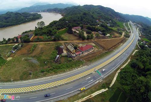 Cảnh quan kỳ vĩ dọc tuyến cao tốc dài nhất Việt Nam - 6