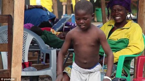 Cậu bé vỡ òa sung sướng khi thoát khỏi bệnh Ebola - 1