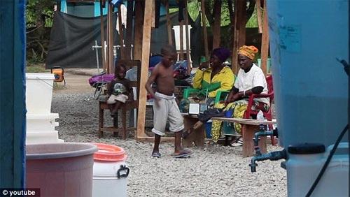 Cậu bé vỡ òa sung sướng khi thoát khỏi bệnh Ebola - 4