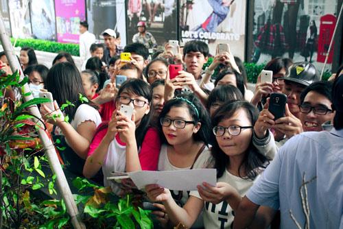 Đông Nhi gây náo loạn trung tâm thương mại - 6