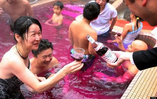 Bơi trong rượu, tắm trong trà ở Nhật Bản - 1
