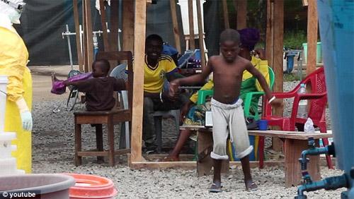 Cậu bé vỡ òa sung sướng khi thoát khỏi bệnh Ebola - 3