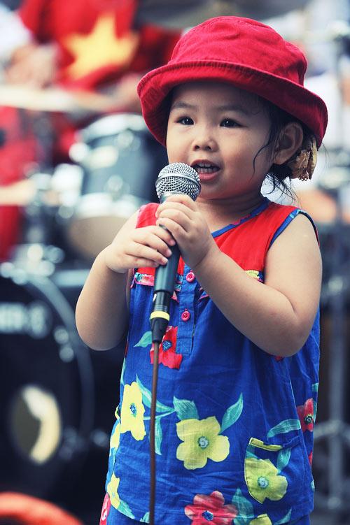 Con gái Thanh Lam và bạn trai tình cảm đi xem ca nhạc - 14