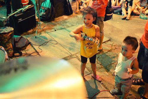 Con gái Thanh Lam và bạn trai tình cảm đi xem ca nhạc - 15