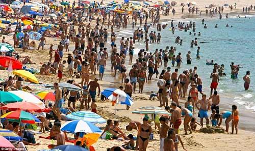 """""""Choáng"""" với những bãi biển đông nghịt người - 5"""