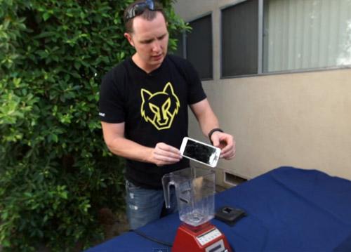 Nghiền nát iPhone 6 Plus bằng máy xay sinh tố - 2