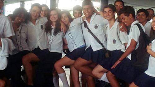 Brazil: Nam sinh đồng loạt mặc váy tới lớp để... phản đối giáo viên - 1