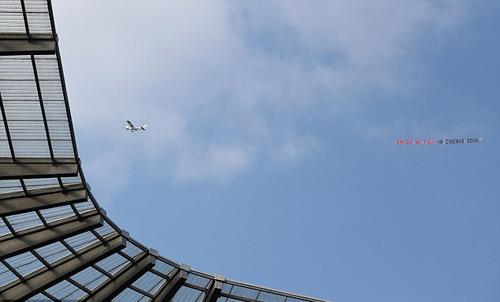 Fan Man City thuê máy bay chế giễu MU - 1