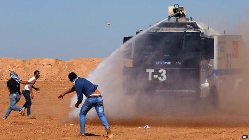 Trốn IS, nạn dân Syria đụng độ biên phòng Thổ Nhĩ Kỳ - 1