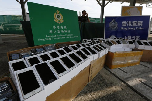 Hong Kong bắt tàu cao tốc chở lậu 138 iPhone 6 - 1