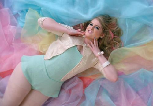 """Cô nàng """"thừa cân"""" đánh bật Taylor Swift lên ngôi Billboard - 2"""