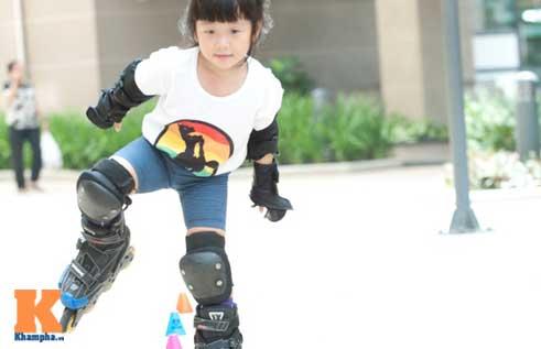 """""""Thiên thần"""" nhí 3 tuổi trượt patin như làm xiếc - 3"""