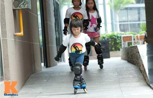 """""""Thiên thần"""" nhí 3 tuổi trượt patin như làm xiếc - 1"""