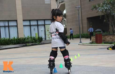 """""""Thiên thần"""" nhí 3 tuổi trượt patin như làm xiếc - 7"""