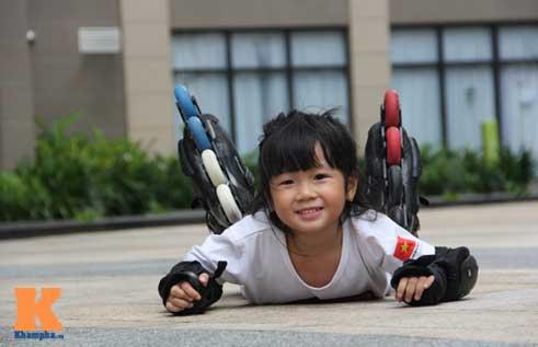 """""""Thiên thần"""" nhí 3 tuổi trượt patin như làm xiếc - 11"""