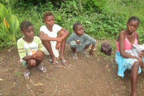 Số phận hàng trăm trẻ em mồ côi vì virus Ebola - 1
