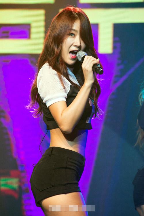 """Xem ca sĩ Hàn """"trị"""" chiếc quần 5cm cũn cỡn - 6"""