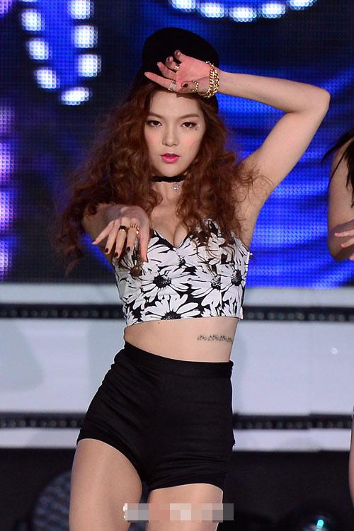 """Xem ca sĩ Hàn """"trị"""" chiếc quần 5cm cũn cỡn - 7"""