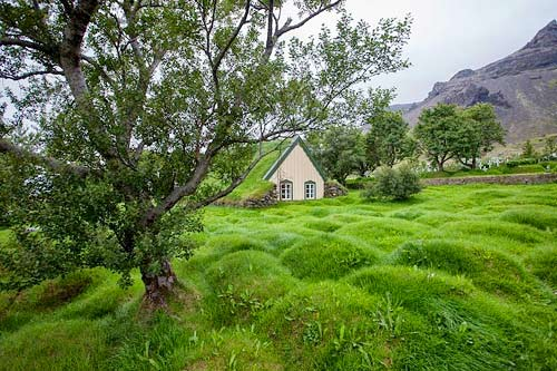 Nhà thờ mái cỏ đẹp như trong cổ tích ở Iceland - 4
