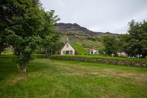 Nhà thờ mái cỏ đẹp như trong cổ tích ở Iceland - 6