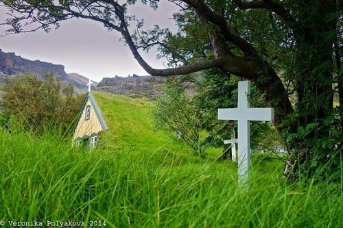 Nhà thờ mái cỏ đẹp như trong cổ tích ở Iceland - 7